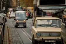 Електромобіль у міському автомобільному потоці