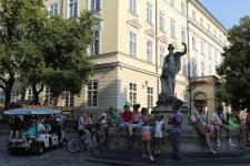 Біля фонтану Адоніса на пл.Ринок